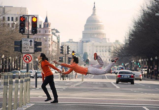 Projeto fotográfico mostra dançarinos fazendo ações cotidianas na cidade