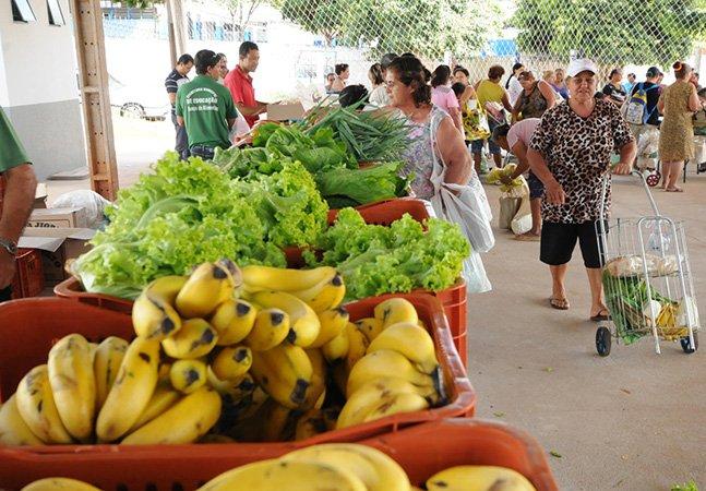 Comunidade troca lixo reciclável por alimentos em feira livre