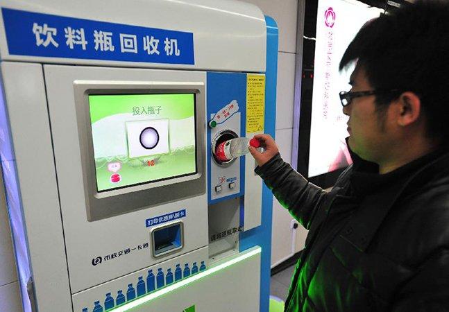 Usuários do metrô de Pequim podem trocar garrafas PET por bilhetes