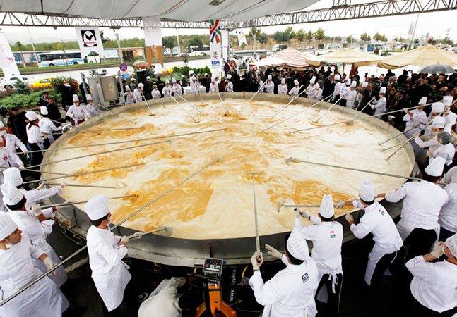 Com 4,4 toneladas, eles fizeram o maior omelete do mundo