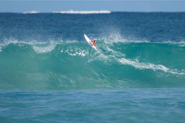 Brinquedo de controle remoto permite fazer manobras à distância com um surfista miniatura
