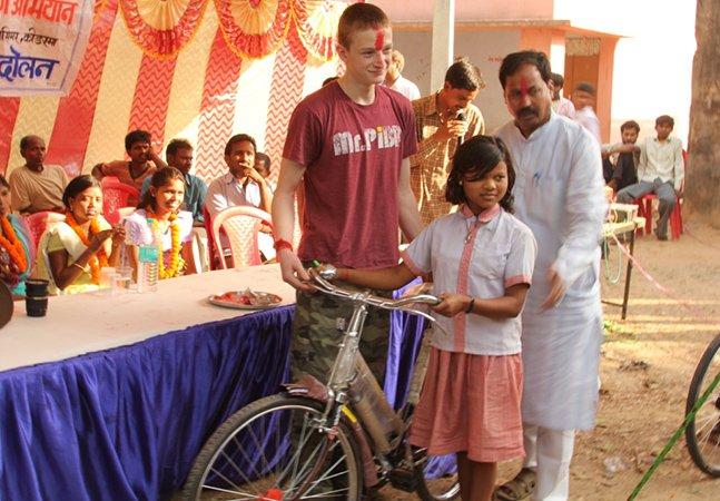 O menino que já doou mais de 400 bikes para crianças poderem ir para a escola