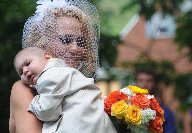 Pais antecipam casamento pra filho com poucos dias de vida poder participar