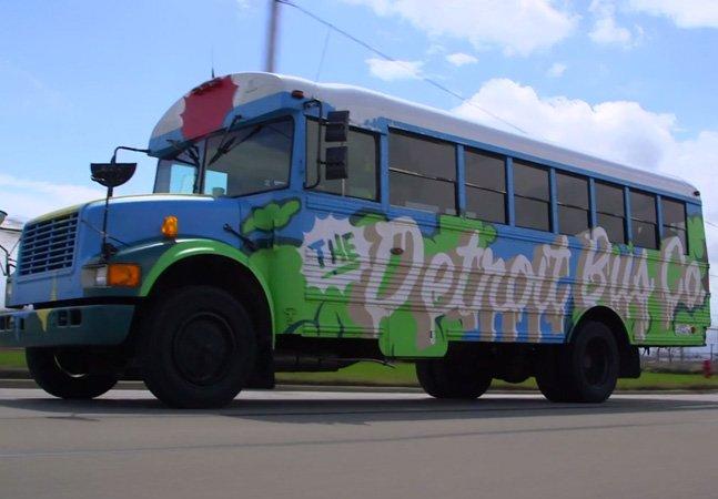 Sem apoio público, jovem cria empresa de ônibus para ajudar sua cidade