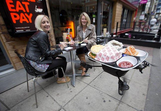 Restaurante utiliza robô voador para entregar comida nas mesas