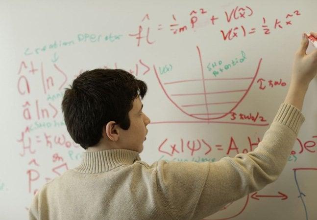Jovem autista de 14 anos faz mestrado em física quântica