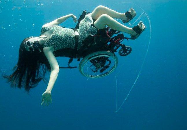 Artista paraplégica faz acrobacias debaixo d'água com cadeira de rodas
