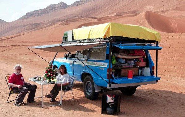 O casal que viajou de carro pelo mundo durante 23 anos