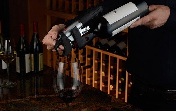 Com esse saca-rolhas inovador, você toma seu vinho sem abrir a garrafa