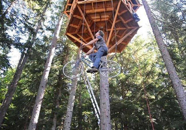 Designer cria bicicleta-elevador para subir em casa na árvore