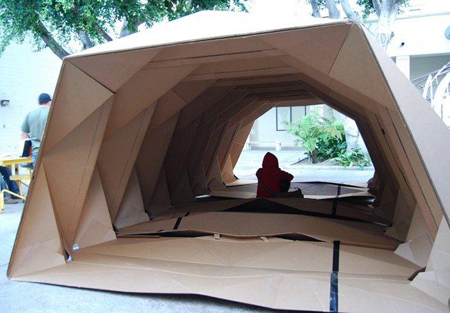 Designer cria casa de papelão em forma de origami pra abrigar sem-teto