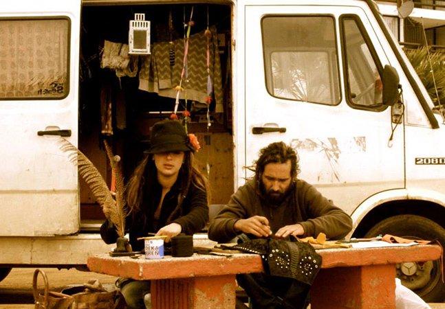 Junto com seus 3 cães, casal sai pelo mundo trabalhando e viajando de carro
