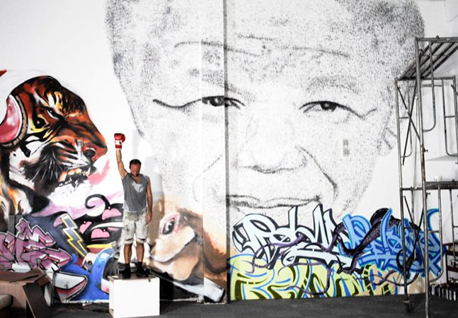 Em homenagem a Mandela, artista cria retrato do líder dando 27 mil socos