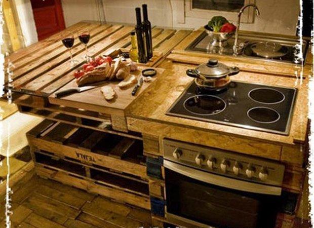 Designers transformam paletes de madeira em cozinha sustentável