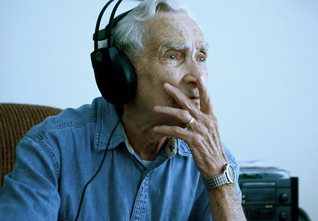 Homem de 96 anos compõe música para a esposa falecida e vira sucesso