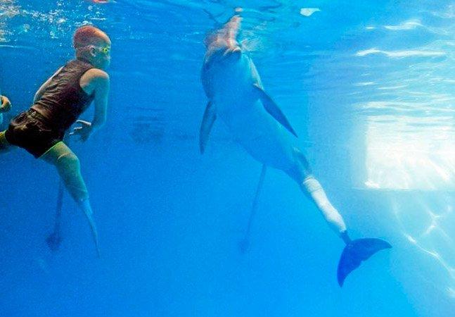 O emocionante encontro do menino e do golfinho que têm algo em comum