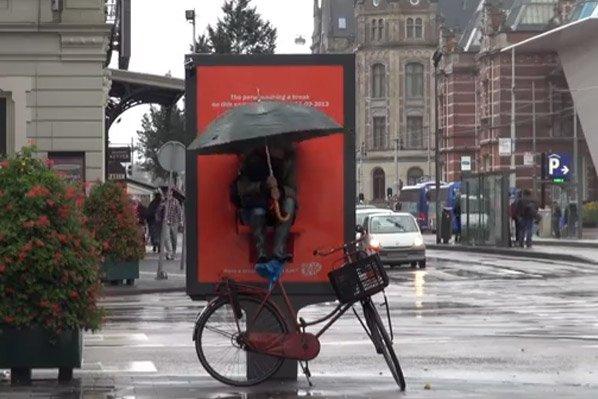 Você toparia ficar horas enfrentando frio e chuva pra ganhar um tablet?