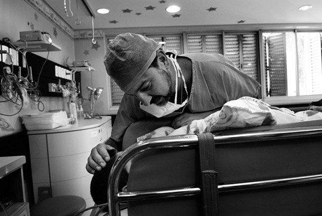Pós cirurgia - o médico anestesista Julio acompanha o menino que retornou da mesa e acorda da anestesia.