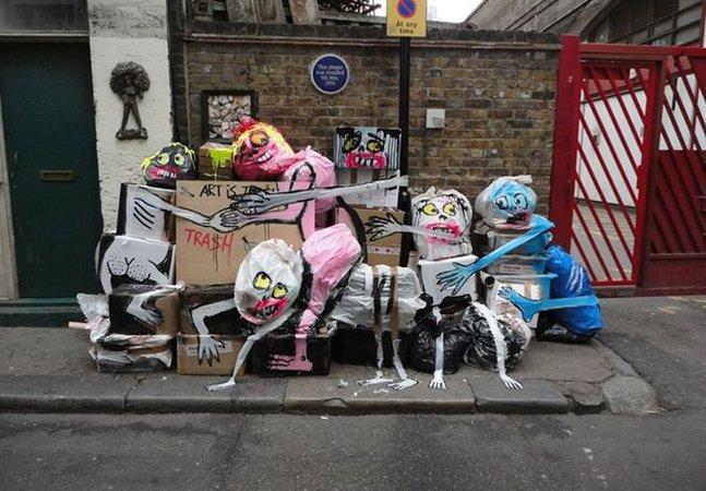 Artista usa lixo das ruas como tela para suas obras divertidas