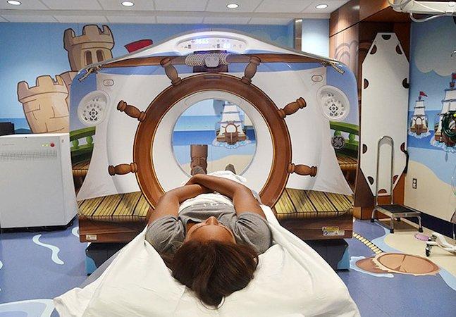 Pra diminuir ansiedade das crianças, hospital transforma sala em navio pirata