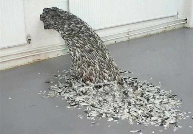Artista cria incríveis esculturas utilizando penas de aves