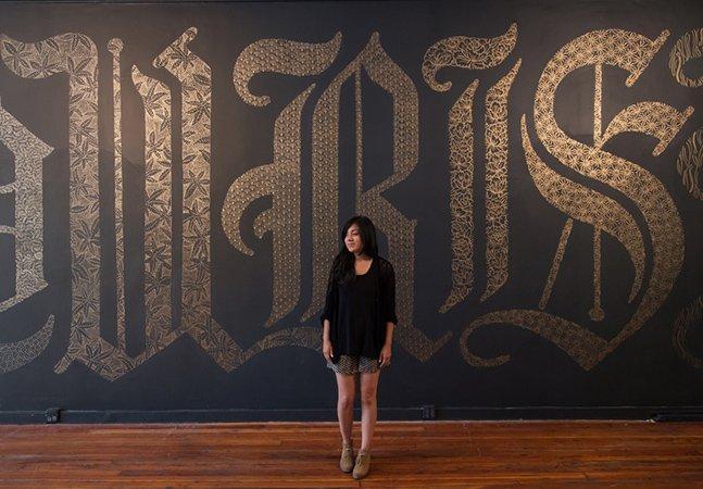 A tipografia feita com desenhos de flores num quadro negro