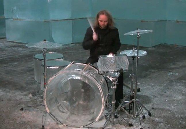 Artista toca um solo numa bateria totalmente feita de gelo