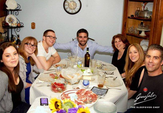Chef italiano cozinha para pessoas em troca de um lugar pra dormir