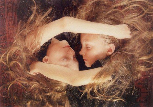 Série fotográfica sensível mostra a conexão entre irmãs gêmeas