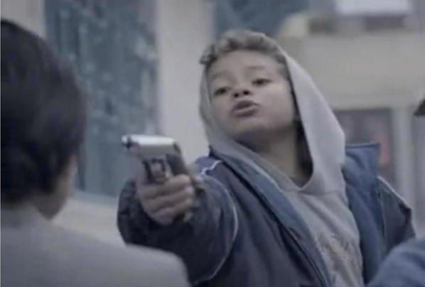 Propaganda choca o mundo ao colocar crianças fazendo coisas de adultos