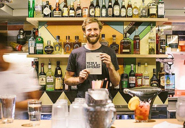 Um bar onde 100% do lucro volta para países de origem das bebidas