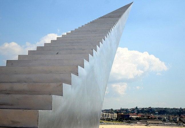 Artista cria escultura de escada infinita que vai até o céu
