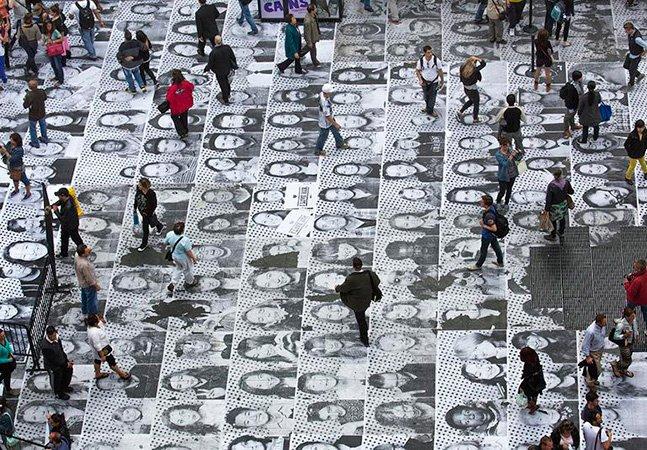 Artista cria obra com 6 mil retratos de pessoas que passavam pelo local