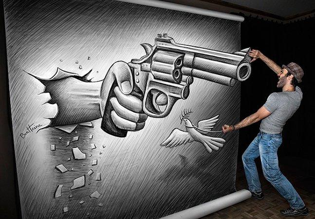 Artista cria ilusão interagindo com suas próprias ilustrações gigantes