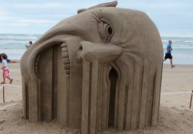 Esculturas abstratas e surrealistas feitas de areia do artista Guy-Olivier