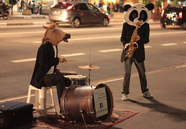 Dupla faz sucesso tocando com máscaras de cavalo e panda nas ruas de SP