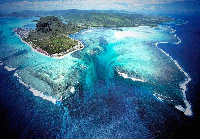 Imagens aéreas da incrível cachoeira que parece estar dentro do mar