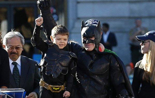 Menino de 5 anos com leucemia realiza sonho de ser o batman por um dia