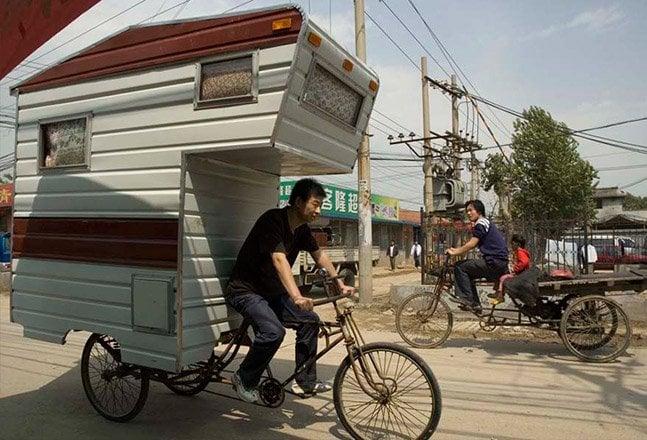 Homem cria casa adaptada a triciclo – conheça a Camper Bike