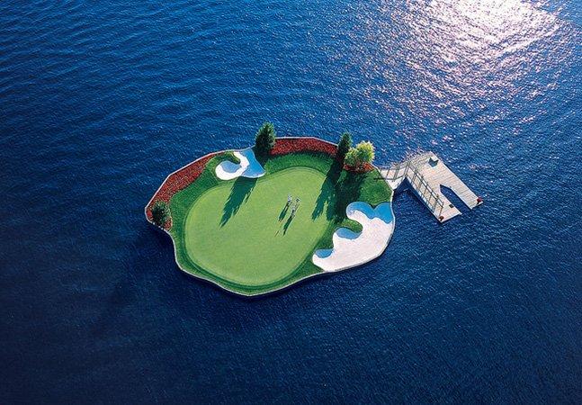 O impressionante campo de golf que flutua no meio do mar