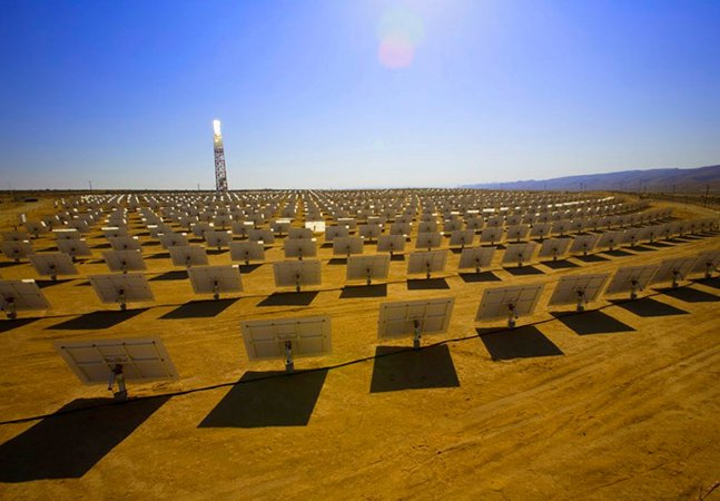 Tecnologia inovadora de espelhos permite captar energia no meio do deserto