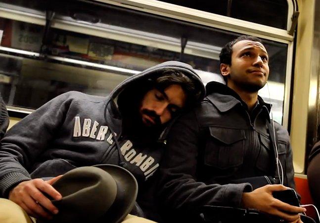 Video mostra como pessoas reagem a alguém dormindo no seu ombro no metrô