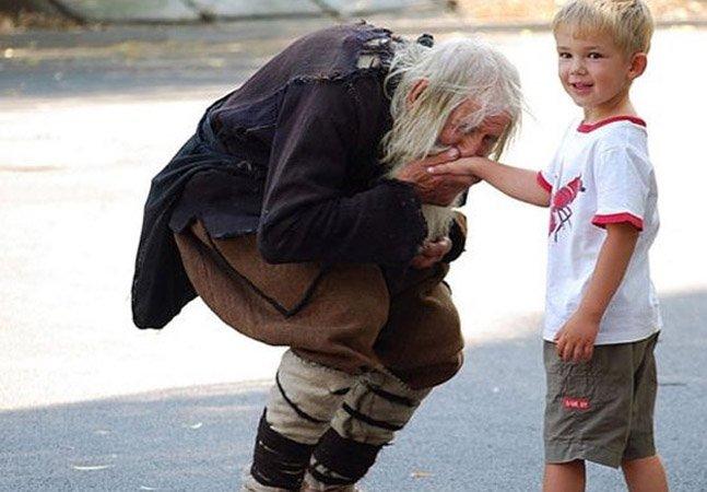 Conheça o morador de rua de 98 anos que doa tudo o que ganha pra caridade