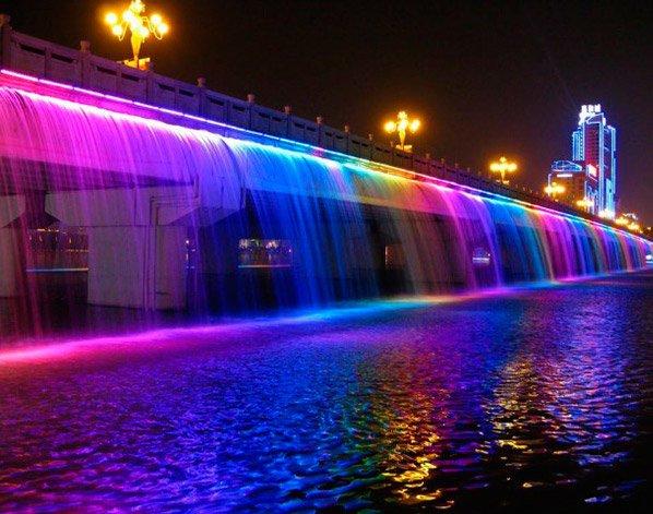 Veja o espetáculo da maior fonte de água do mundo instalada em uma ponte