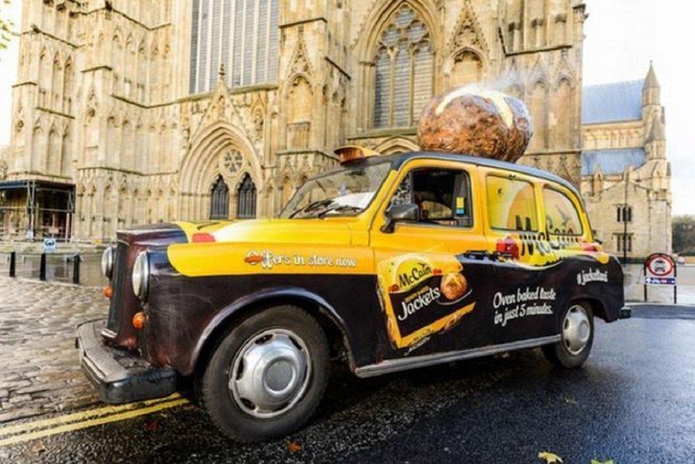 Táxi oferece carona e distribui batatas assadas em 5 minutos aos passageiros