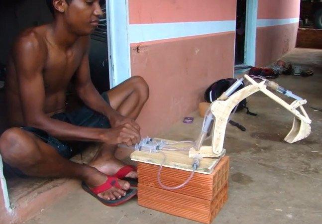 Jovem cria protótipo de escavadeira usando seringas e madeira