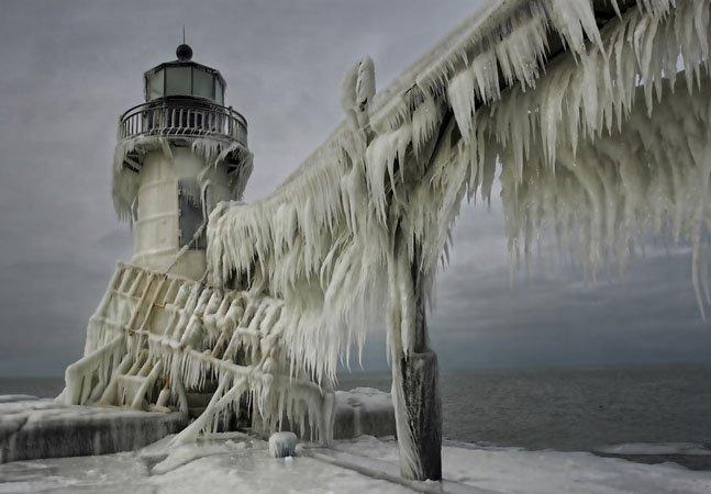Veja fotos dos faróis congelados  que parecem cenário de filme de ficção