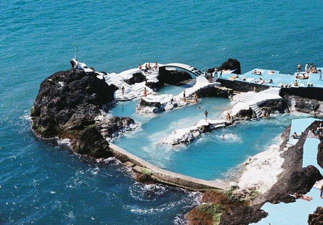A incrível piscina natural feita de rocha vulcânica que fica dentro do mar