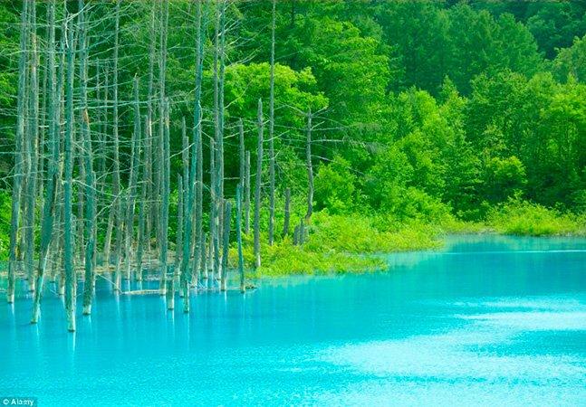 A lagoa com um reflexo azul tão intenso que mais parece efeito de Photoshop