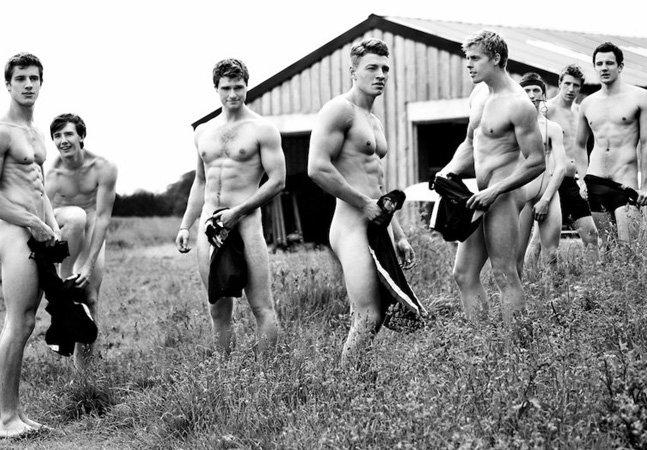 Atletas ganham atenção do mundo ao posar sem roupa para protestar contra a homofobia